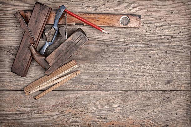 carpenter'€™s hand tools on a wooden background - menuiserie photos et images de collection