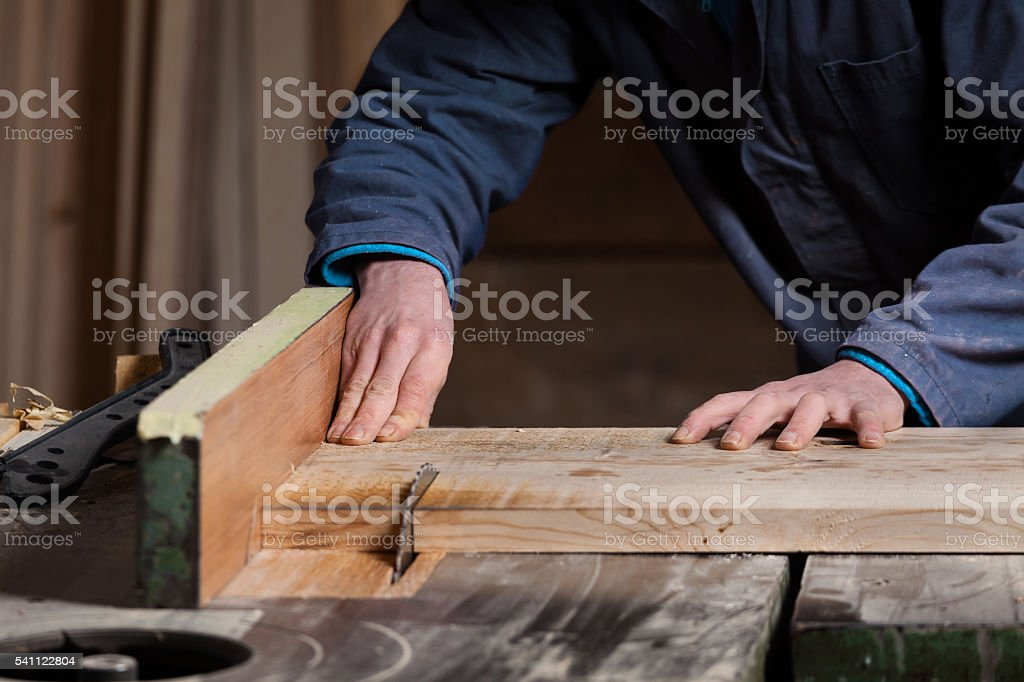 Carpenter's hands cutting wood board with Table Saw – Foto