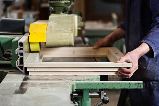 Carpenters Hände Schneiden hölzernen Fenster Frame – Foto