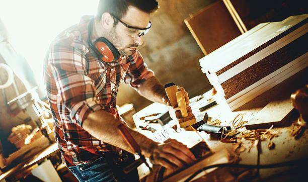 tischlerarbeit workshop training. - legere arbeitskleidung stock-fotos und bilder