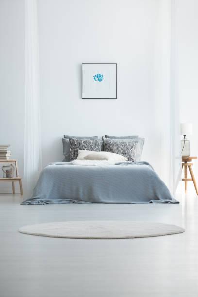 teppich im kalten schlafzimmer innenraum - do it yourself hochbett stock-fotos und bilder