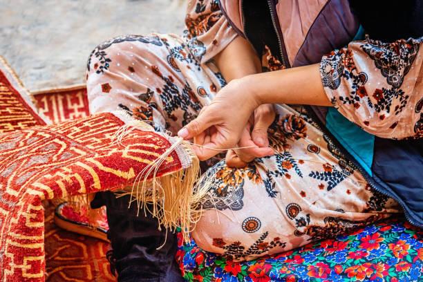 tapijt wever oezbekistan xiva khiva хива - oezbekistan stockfoto's en -beelden