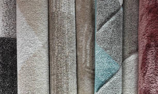auswahl der teppichsorte im teppichladen - polypropylen stock-fotos und bilder