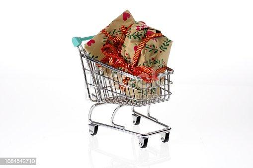 Carrello della spesa con regali di Natale