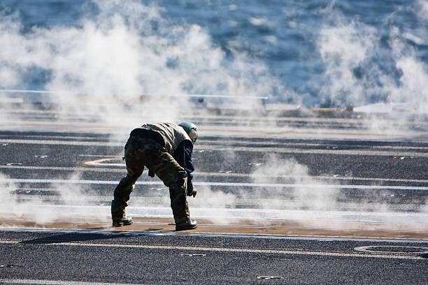 carrier crewman während flug operations - flugzeugträger stock-fotos und bilder