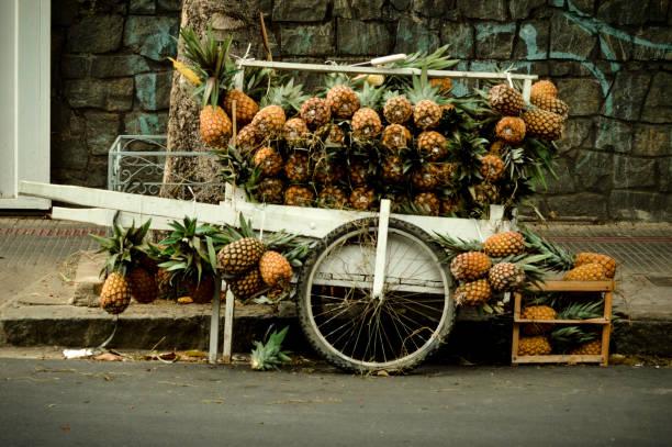 carro do abacaxi - ambulante foto e immagini stock