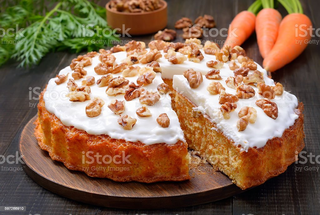Carrot cake and fresh carrots on wooden table photo libre de droits