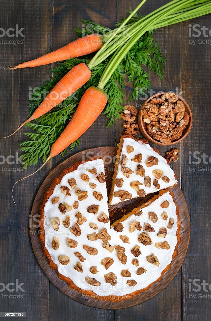 Carrot cake and fresh carrots on wooden table, top view Lizenzfreies stock-foto