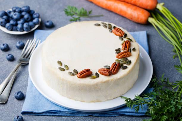 karotte-kuchen. gesunde ernährung. textfreiraum - paleo kuchen stock-fotos und bilder