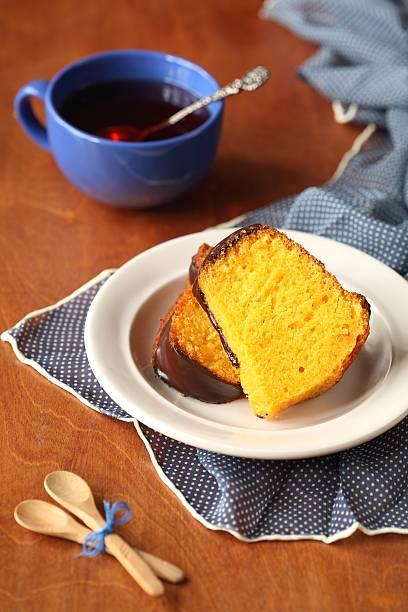 carrot cake - schokoladen biskuitkuchen stock-fotos und bilder