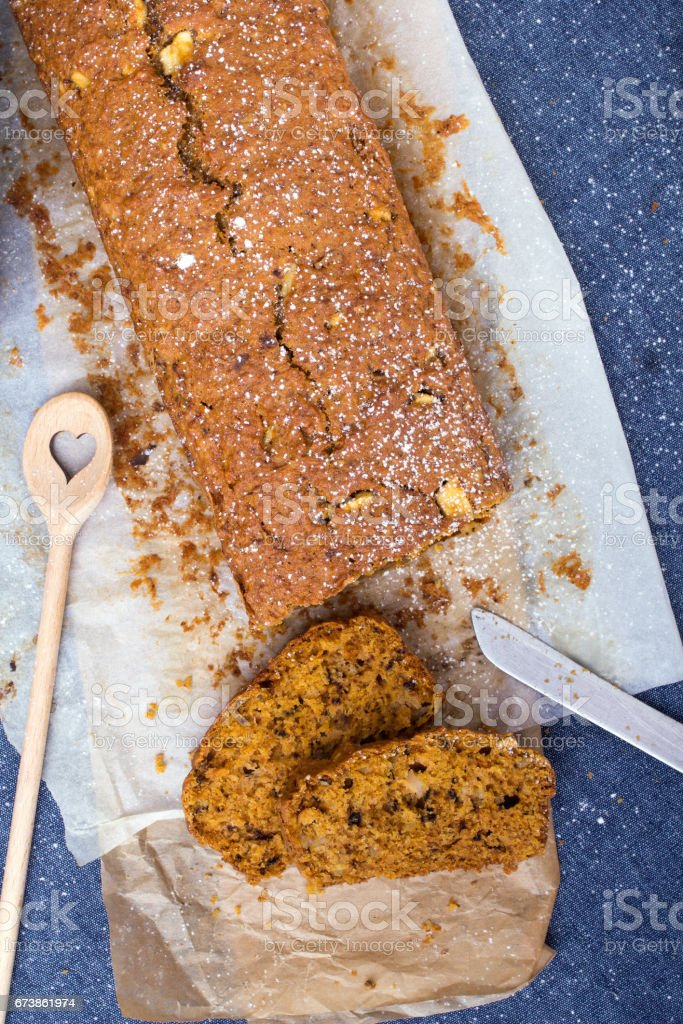 carrot cake with apples and walnuts photo libre de droits