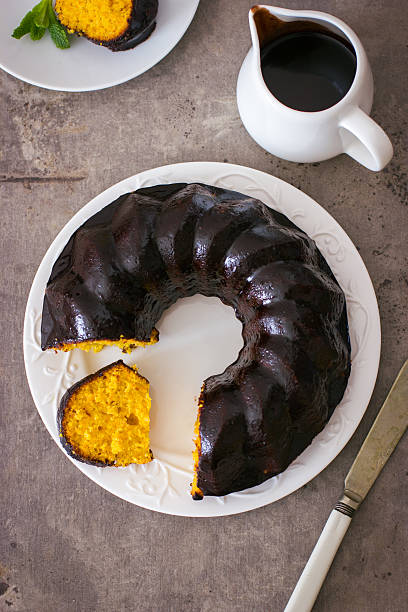 carrot cake with chocolate glaze - karotten plätzchen stock-fotos und bilder