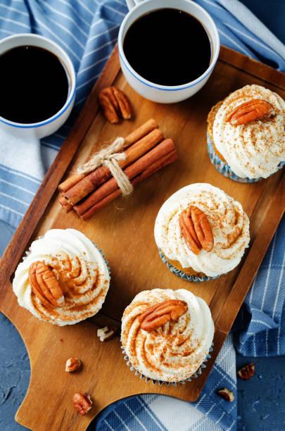 karotten-zimt-muffins mit pekannuss - zimt pekannüsse stock-fotos und bilder