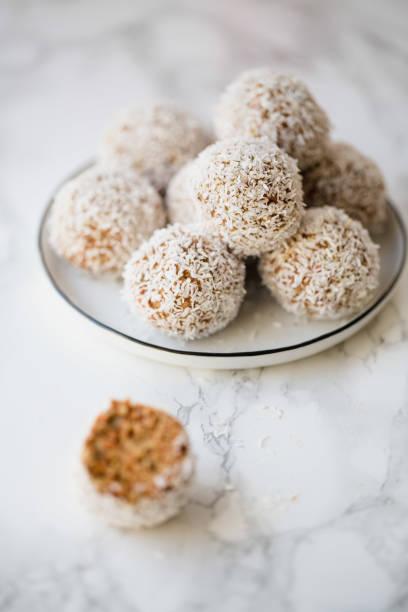 karotte kokos süße kugeln, selektiven fokus - kokoskuchen stock-fotos und bilder