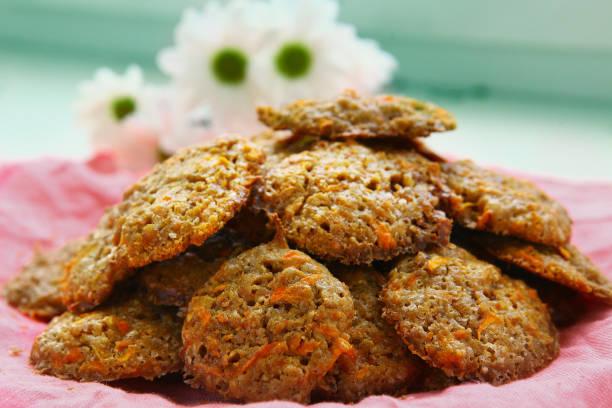 karotte cookies auf das rosa gewebe nahaufnahme foto - karotten gesund stock-fotos und bilder
