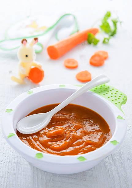 Karottenpüree in Platte auf Tischdecke green – Foto