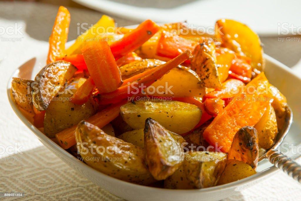 Karotten und Kartoffeln aus dem Ofen auf den Tisch – Foto
