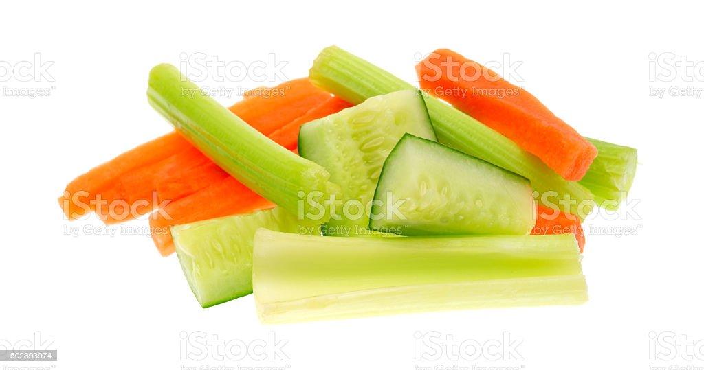 Karotten und Sellerie und Gurken auf weißem Hintergrund – Foto