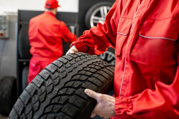 uitvoering van nieuwe banden op de service - tyre stockfoto's en -beelden