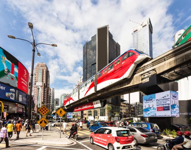 자동차와 모노레일 기차 말레이시아 수도 쿠알라룸푸르의 중심부에 골든 트라이앵글 지역에 부 킷 빈 탕 거리 교차로 통해 러쉬 - 쿠알라룸푸르 뉴스 사진 이미지
