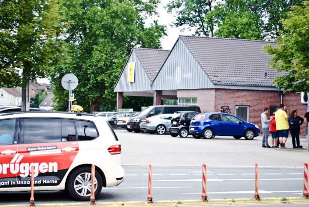 autos und kunden außerhalb einer penny-supermarkt (ein discount-supermarkt-kette) in dortmund - deutschland - rewe germany stock-fotos und bilder
