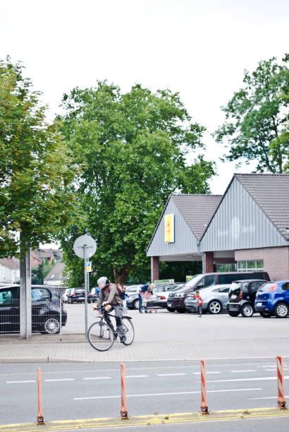autos und kunden außerhalb einer penny-supermarkt (ein discount-supermarkt-kette) in dortmund - deutschland - rewe supermarket stock-fotos und bilder