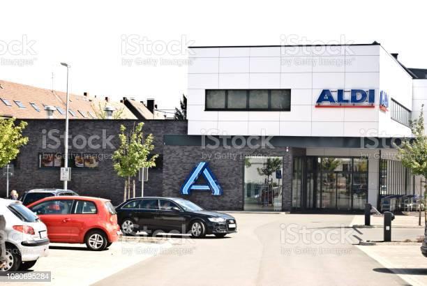 Cars and customers outside an aldi nord supermarket in dormund picture id1080695284?b=1&k=6&m=1080695284&s=612x612&h=pghpiyddbeb6cjctwgrtgvmgqgftmnysrvwk cupl4q=