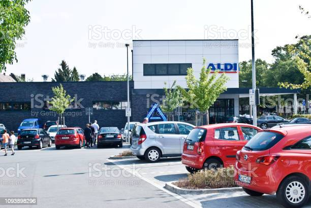 Cars and customers outside an aldi nord supermarket in dortmund picture id1093898296?b=1&k=6&m=1093898296&s=612x612&h=fumyro 3 6by6nr8uj94b2wvxgcd caqfbotcf3nh5i=