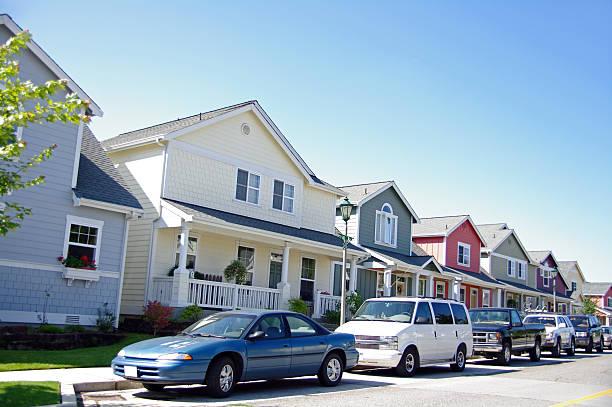 casas y coches - inmóvil fotografías e imágenes de stock