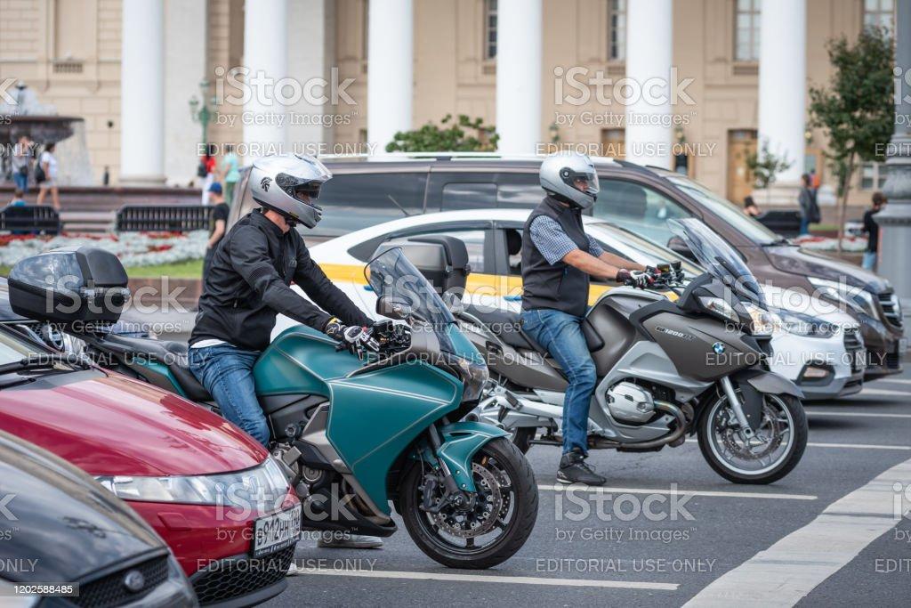 coches y motos en la carretera esperar a un semáforo - Foto de stock de Accesorio de cabeza libre de derechos