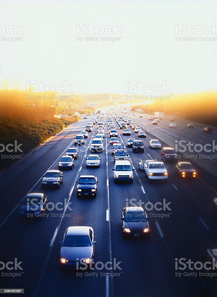 Autos und simi-Lkw auf Autobahn in der Innenstadt von Atlanta, Georgia – Foto