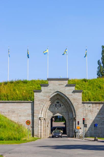bilar i tunneln till karlsborgs fästning i sverige - tunnel trafik sverige bildbanksfoton och bilder