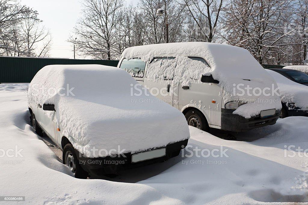 Carros recobertos de branco Neve fresca foto de stock royalty-free
