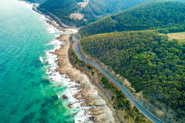 cars driving on great ocean road, victoria, australia  - aerial view - victoria australia foto e immagini stock