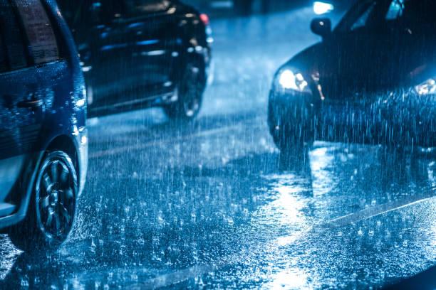 samochody jadące po mokrej drodze w deszczu z reflektorami - deszcz zdjęcia i obrazy z banku zdjęć