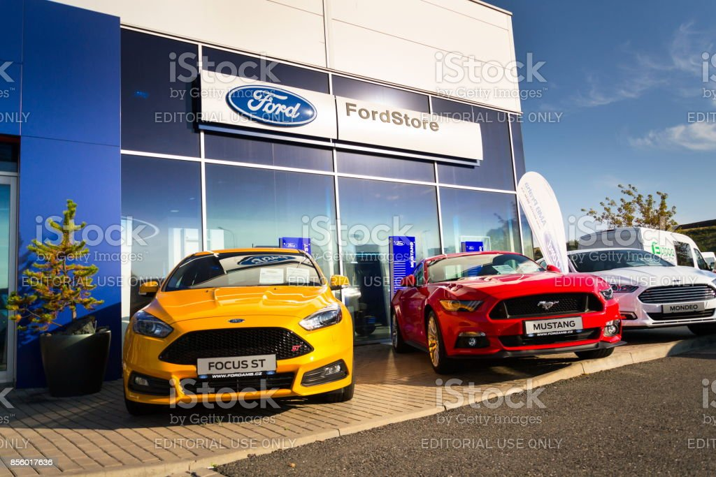 Autos vor Ford Motor company Autohaus-Gebäude – Foto