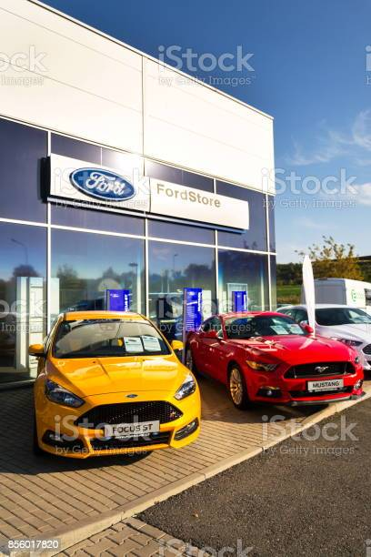 Cars in front of ford motor company dealership building picture id856017820?b=1&k=6&m=856017820&s=612x612&h=izwilmgqju9a1revdo k5xqjxdazlkcgfgqxalqixgi=