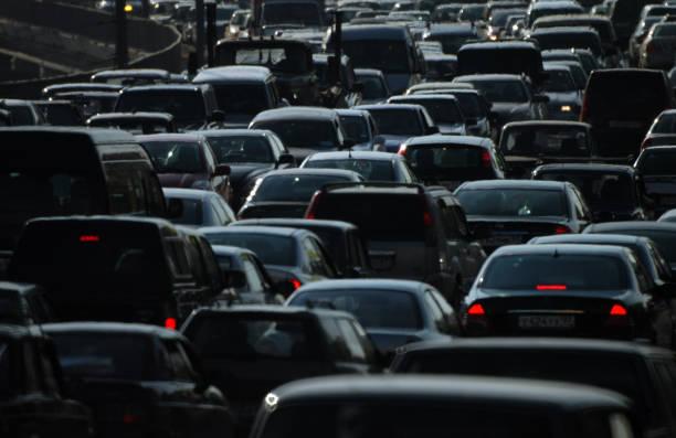 cars in the city - queue foto e immagini stock
