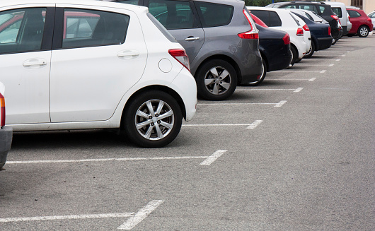 Los Automóviles En El Estacionamiento En Fila Foto de stock y más banco de imágenes de Aire libre