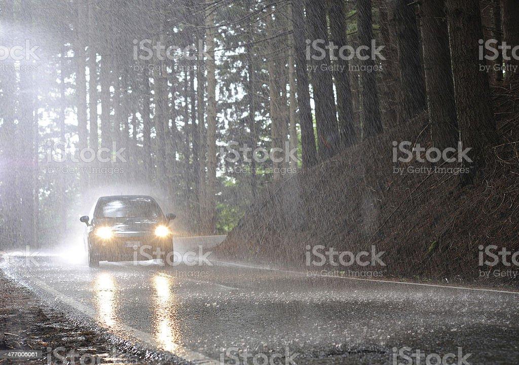 Coches en la lluvia - foto de stock