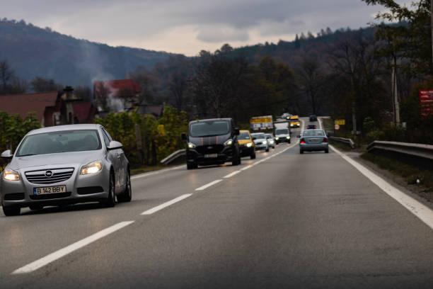 Autos im Verkehr auf den Straßen von Sibiu, Rumänien, 2019. – Foto