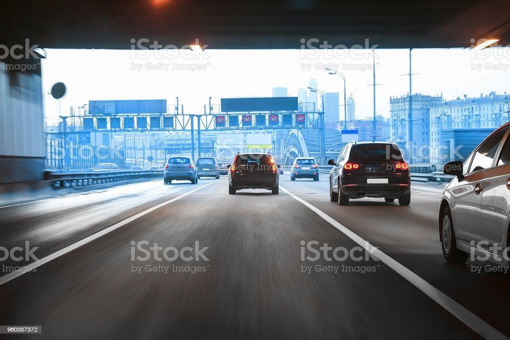 Autos aus dem tunnel in der Innenstadt – Foto