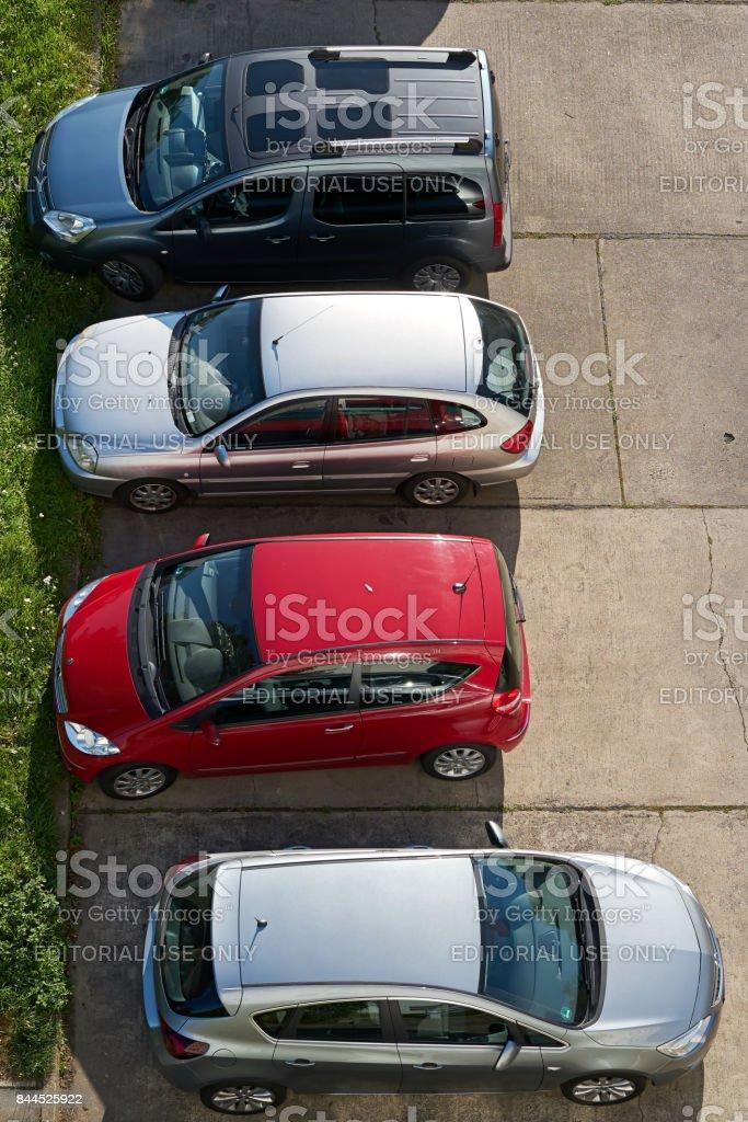 Carros em um estacionamento - foto de acervo