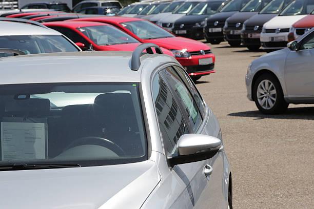 autos auf einem gebrauchtwagenmarkt - used car selling stock pictures, royalty-free photos & images