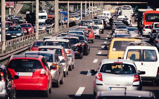 고속도로로 교통 체증에 자동차 축소 가솔린에 대한 스톡 사진 및 기타 이미지