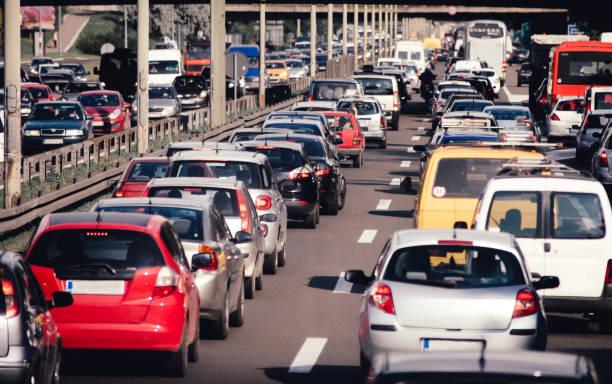 高速道路の道路交通渋滞の車を折りたたむ - 交通量 ストックフォトと画像