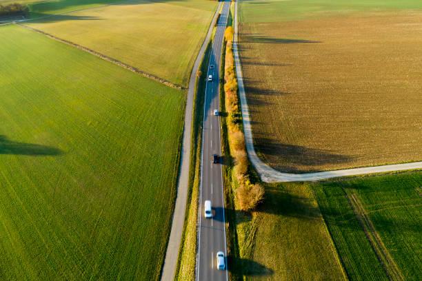autos auf der landstraße im herbst, luftbild - aerial view soil germany stock-fotos und bilder