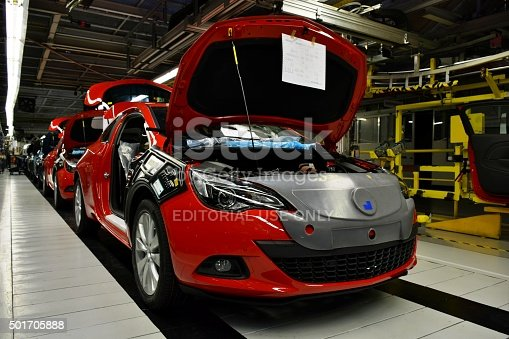 657996382 istock photo Cars on the production line 501705888