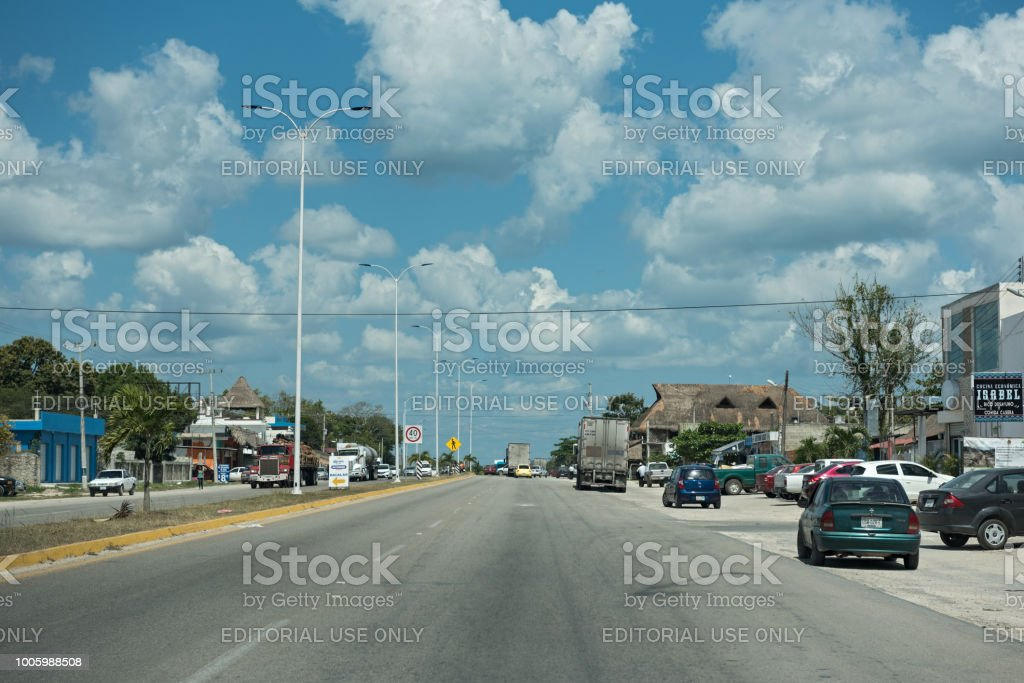 Coches en la carretera 307 de México en Bacalar, quintana roo, México - foto de stock