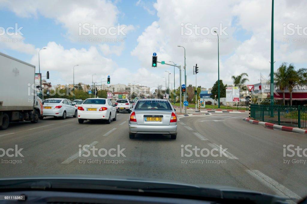 Rishon Lezion güneşli bir günde yolda arabalar RISHON LE ZION, İsrail - 27 Şubat 2018: - Royalty-free Araba kullanımı Stok görsel
